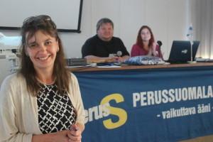 Kuvassa puoluesihteeri Riikka Slunga-Poutsalo, kokouksen puheenjohtaja Jari Ojala sekä sihteeri Henna Kupsala